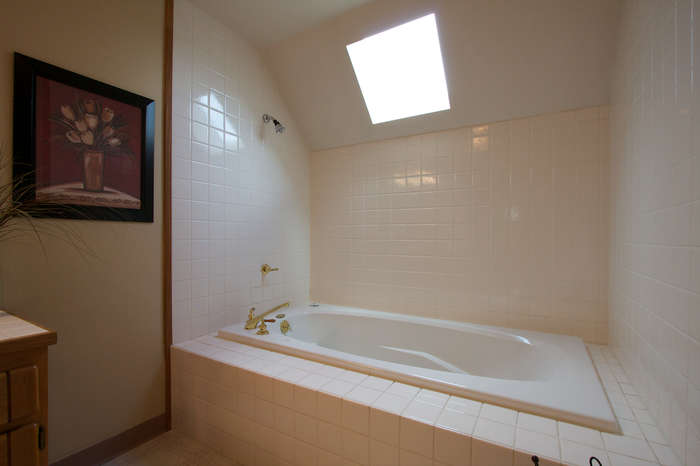 Upper Bathtub, Tiled