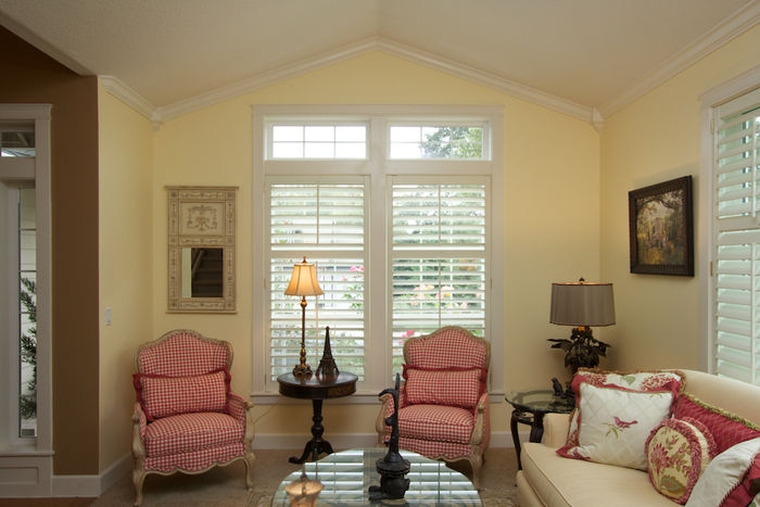 Beautiful living room details - crown moulding, vaulted ceiling