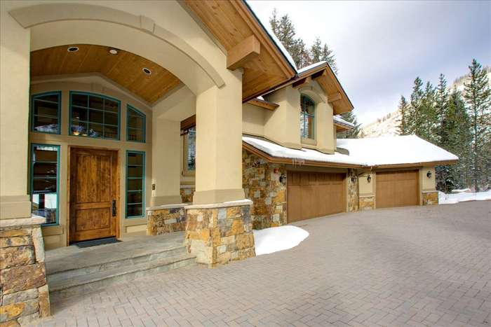 Heated entry area & driveway with stone pavers.